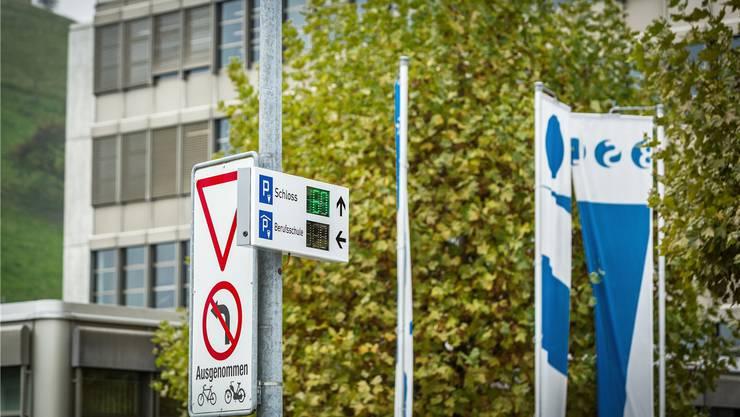 Auf einer Anzeigetafel beim Berufsschule-Parkhaus werden die freien Felder auf dem Schloss-Parkplatz angezeigt. Chris Iseli