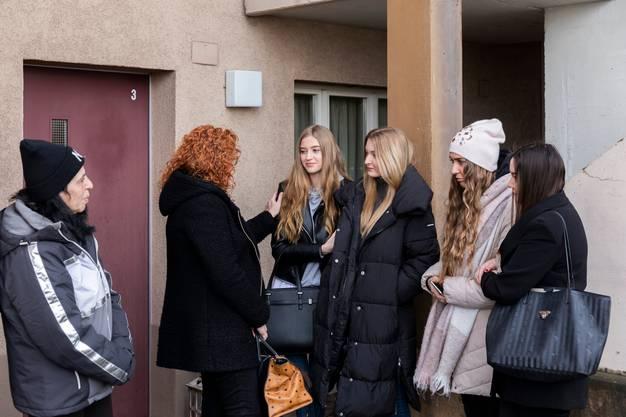 Célines Mutter spricht mit den Freundinnen ihrer Töchter.