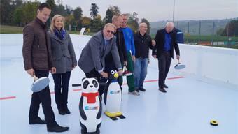 Da kommt Vorfreude auf: Angehörige des Gemeindeverbandes Sportzentrum, Verantwortliche der Kunststoffbahn und Organisatoren von Sportanlässen testen den Belag des künstlichen Eisfeldes mit allerlei Gerätschaften, aber schlittschuhlos. sl