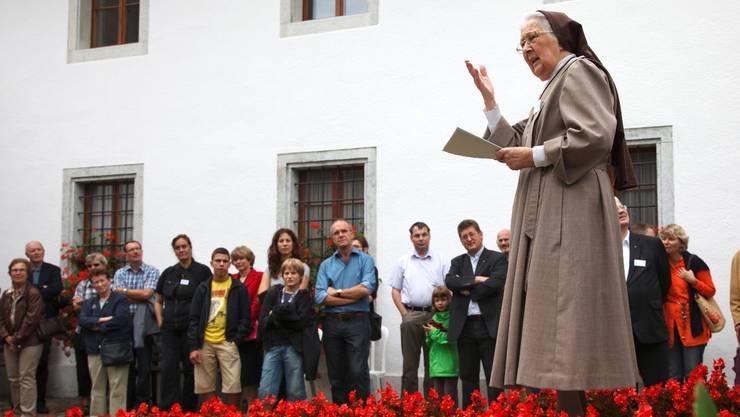 Schwester Marguerite Marie begrüsst die vielen Besucher, die einen Blick hinter die Mauern des Klosters Visitation werfen wollen. (Bild: Hanspeter Bärtschi)