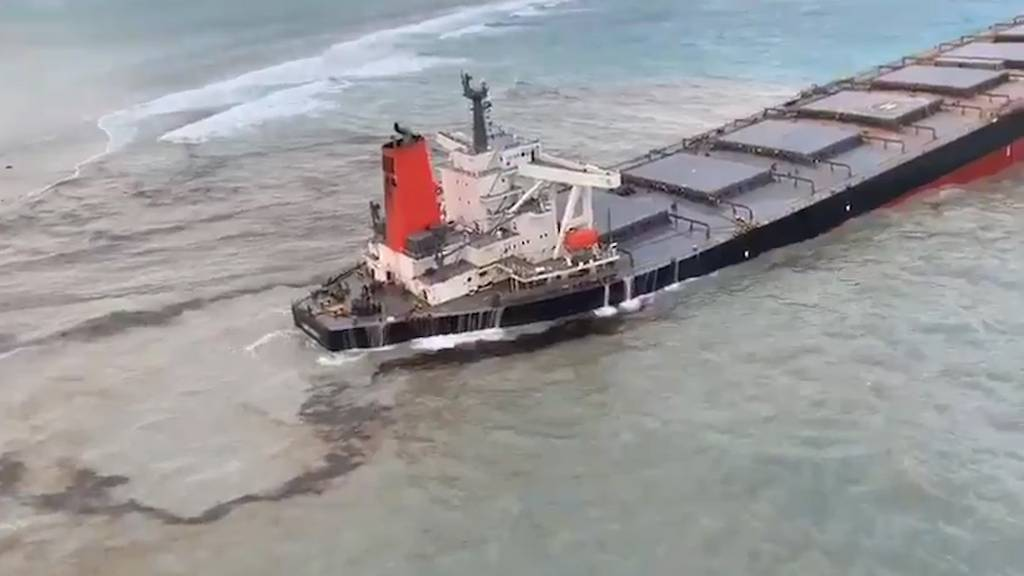 Drohende Umweltkatastrophe: Frachter vor Mauritius verliert Öl