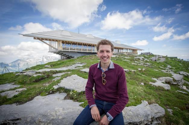 Simon Ammann, Aktionär und Mitglied im Verwaltungsrat der Toggenburg Bergbahnen, posiert 2015 bei der Eröffnung des sanierten Chäserrugg-Restaurants.