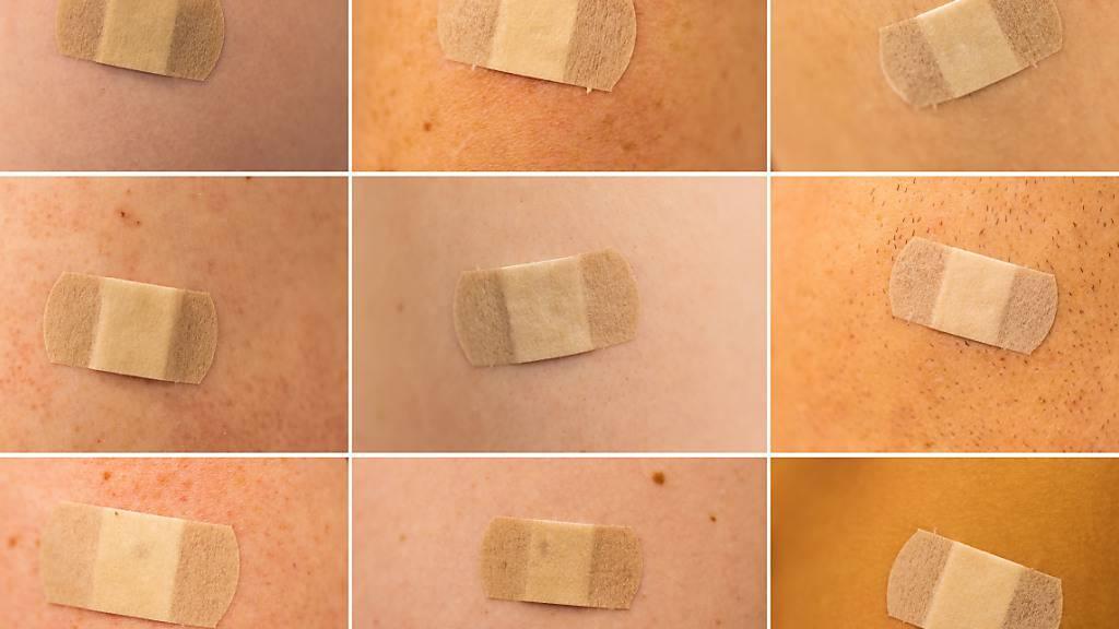ARCHIV - Nach der Impfung folgt das Plaster: In England ist das nun nach Angaben des NHS bereits über 50 Millionen mal passiert seit Beginn der Impfkampagne gegen das Coronavirus. Foto: Rolf Vennenbernd/dpa