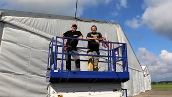 Josef Beck (l.) und Stefan Müller geben bei den Aufbauarbeiten für das Schupfart-Festival das Kommando an.