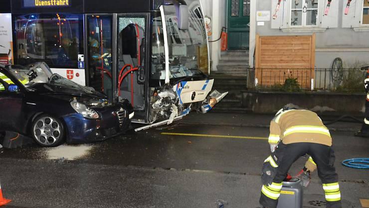 Ein Personenwagen ist in Olten SO in einen Linienbus gekracht. Dabei zogen sich vier Personen leichte Verletzungen zu.