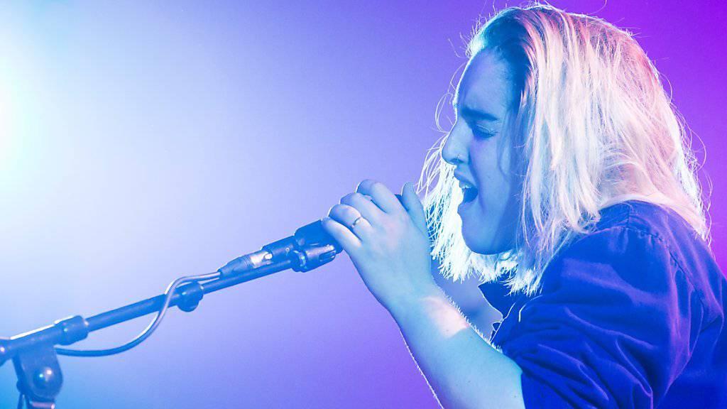 Die Sängerin Shura hat am Freitagabend das diesjährige Blue Balls Festival in Luzern eröffnet.
