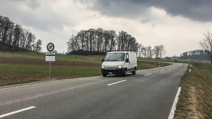 Der hohe Strassendamm zwischen Hallwil und Dürrenäsch soll erweitert und mit Radstreifen versehen werden.