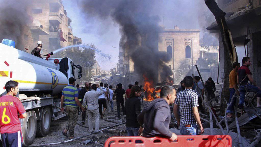 Die Rettungskräfte der Syrischen Weisshelme sind nach einem türkischen Raketenangriff auf Maaret al-Numan im Einsatz.