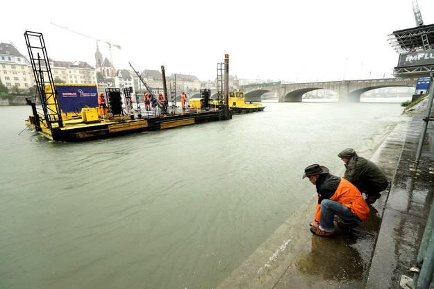 Das Floss wird vor der Mittleren Brücke eingewiesen und gesichert.