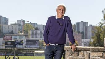 Bernard Challandes posiert im Stadion La Charrière in La Chaux-de-Fonds. In der Heimat tankt er Kraft.