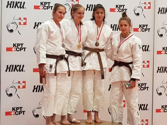 2. Rang Selina Kaufmann U18, -52kg (1. v.l.)