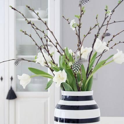 Zur Osterzeit können die Tulpen mit Weidenkätzchen ausdekoriert werden.