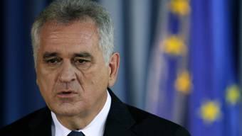 Serbiens Präsident Tomislav Nikolic vor EU-Flagge (Archiv)