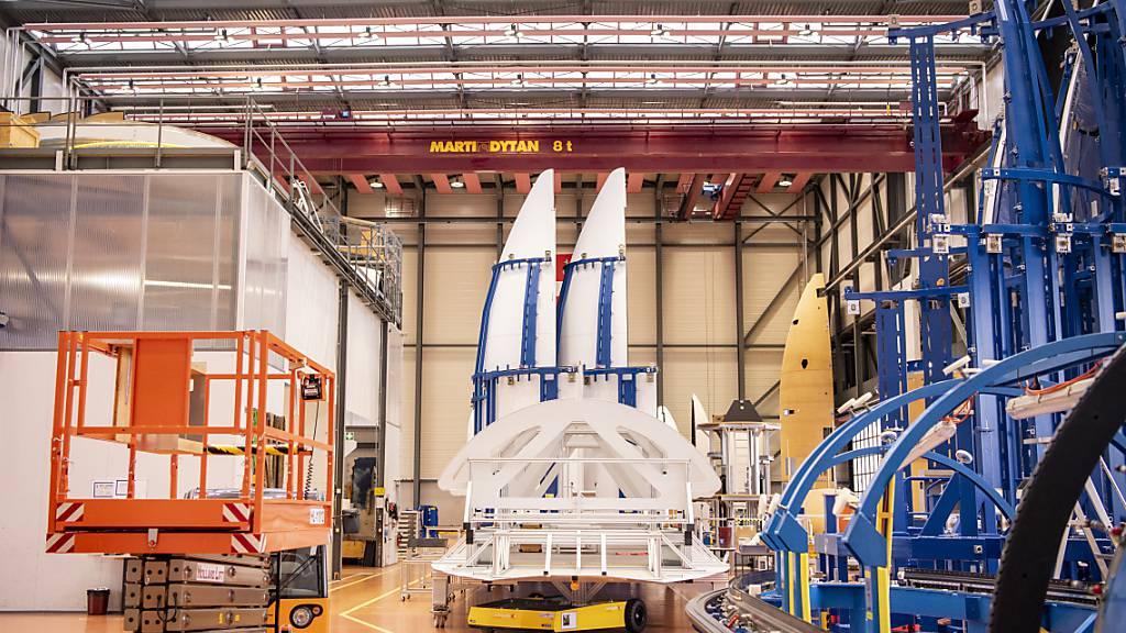 Ruag International hat 2020 einen Umsatz- und Auftragsrückgang hinnehmen müssen  - im Bild die Herstellung von Raketenteilen und Raketenspitzen in Emmen. (Archvibild)