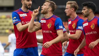Silvan Widmer (Zweiter von links) freut sich mit den Mitspielerm nach seinem Siegestor auf der Pontaise.