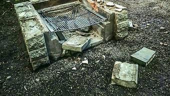 Die zerstörte Feuerstelle.