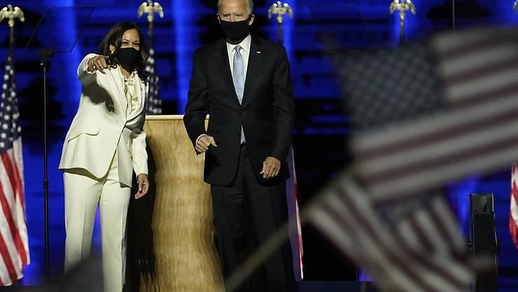 Joe Biden, «Gewählter Präsident» («President Elect»), und Kamala Harris, «Gewählte Vizepräsidentin» («Vicepresident Elect»), stehen im Rahmen einer Ansprache auf der Bühne. Foto: Andrew Harnik/AP/dpa