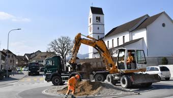 Die Kreiselgestaltung nimmt langsam Form an − gestern haben die Bauarbeiten begonnen.