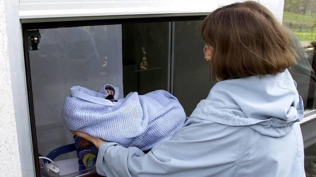 Seit 2001 können Eltern ihr Neugeborerenes im Babyfenster in Einsiedeln abgeben (Symbolbild)