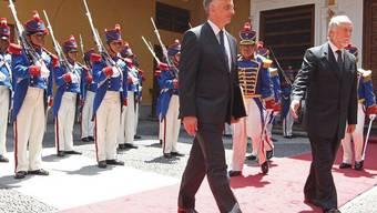 Bundesrat Didier Burkhalter (l.) wird in Lima mit militärischen Ehren empfangen