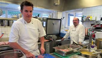 Yannick Kohler (links) wird im Februar seinen Vater Beat Kohler als Küchenleiter des Alterszentrums Schöftland ablösen.