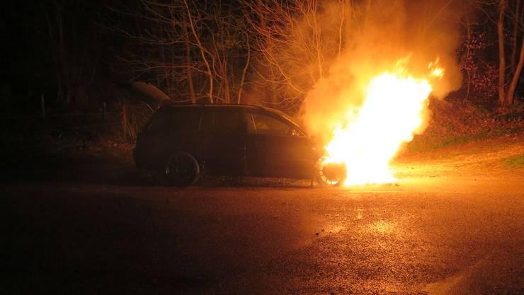 Am Donnerstagabend brannte auf der Giebenacherstrasse ein Personenwagen aus.