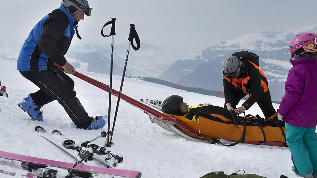 Auf den Skipisten ist es am Freitag zu einer Serie von Unfällen gekommen: Auf der Lauberhornpiste verunglückte ein 45-jähriger Skifahrer tödlich; in den Flumserbergen verletzten sich innerhalb von zwei Stunden mehrere Wintersportler bei Zusammenstössen (Symbolbild).