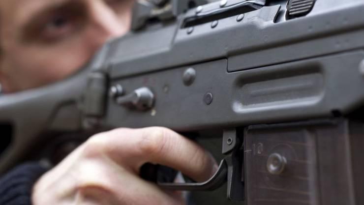 Ein Mazedonier ist mit einem vollautomatischen Sturmgewehr im Auto erwischt worden. (Symbolbild)