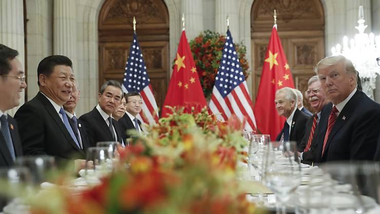 US-Präsident Donald Trump (rechts) hat mit Chinas Staats- und Parteichef Xi Jinping (2. v. links) am Samstag eine vorläufige Einigung im seit Monaten laufenden Handelsstreit erzielt.