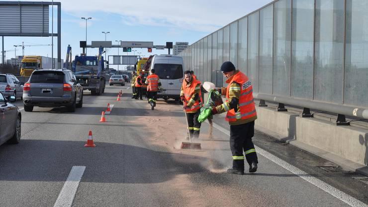 Durch die Unfälle gelangte Öl auf die Fahrbahn.