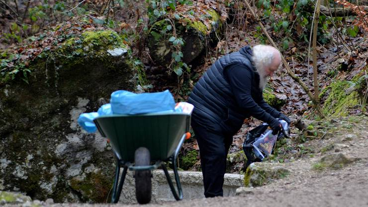 Einsiedler Michael Daum hat am Weihnachtstag in der Verenaschlucht einiges zu tun.