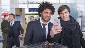 Der Ägypter Mohamed Elneny (mitte) sitzt beim FC Basel auf gepackten Koffern