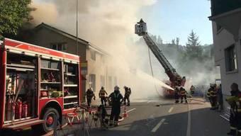 Das Gebäude der Maschinenfabrik Empac in Bäch SZ ist am Donnerstag in Brand geraten.