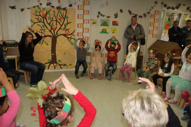 Die Kinder singen Herbstlieder