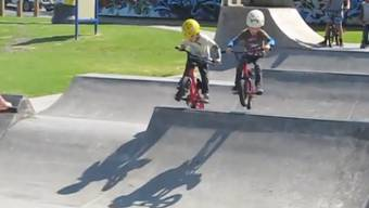 Mit ihren vier Jahren haben Jake und Theo das BMX-Fahren schon ordentlich im Griff.