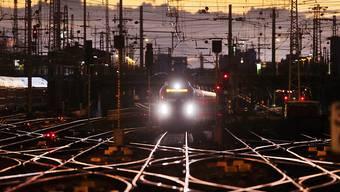 Im deutschen Bahnverkehr kommt es am Montag wegen eines Streiks wohl landesweit zu zahlreichen Zugausfällen und Verspätungen. (Symbolbild)
