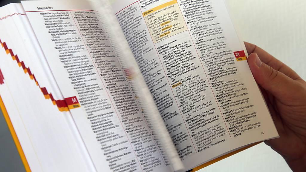 Pünktlich zum Erscheinen der 28. Auflage des Dudens legte der Verlag nun auch nochmal das Buch «Was nicht mehr im Duden steht» von 2018 neu und erweitert auf. Foto: Wolfgang Kumm/dpa