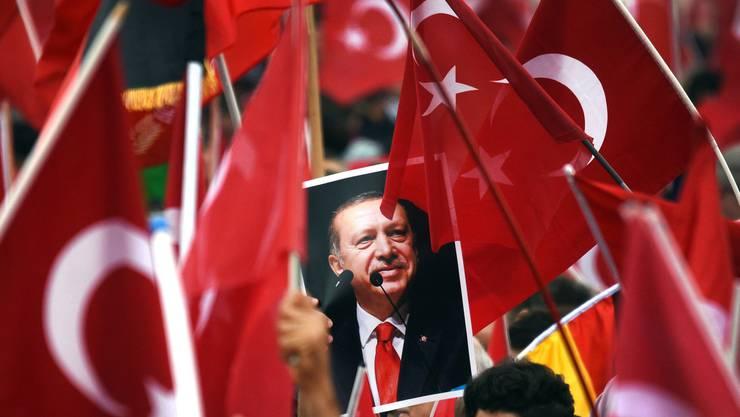 Der türkische Präsident Recep Tayyip Erdoğan gewann das Verfassungsreferendum hauchdünn. Die Opposition spricht von Betrug.  Key
