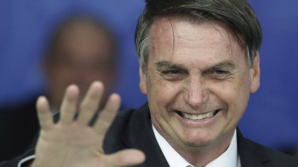 Brasiliens Präsident Jair Bolsonaro will nicht mehr zu einer Gala nach New York reisen, weil sich mehrere Unternehmen als Sponsoren zurückgezogen haben.