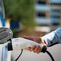 Die Zahl der Elektroautos steigt und damit auch der Bedarf an Stromtankstellen.