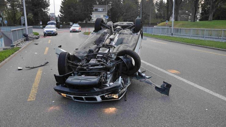 Ein Auto überschlägt sich nach einem Selbstunfall.