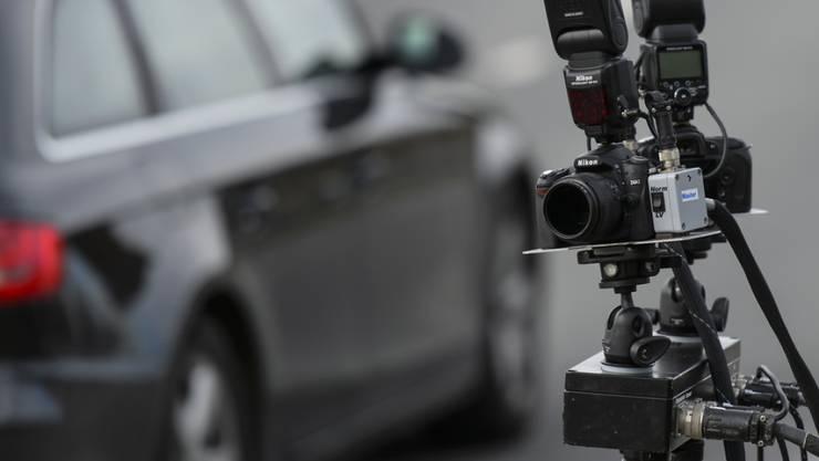 Bei einer Tempokontrolle in der Nähe eines Autotuning-Treffens in Suhr AG gingen der Polizei vier Raser ins Netz. Alle vier Lenker mussten ihren Führerausweis auf der Stelle abgeben. Zwei Autos wurden beschlagnahmt. (Symbolbild)
