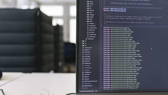 Die Schweiz ist für Adecco Schweiz-Chefin Nicole Burth recht gut für die Herausforderungen der Digitalisierung gerüstet - allerdings seien auch hierzulande viele Jobprofile gefährdet. Im Bild ein Computer-Bildschirm im Crypto Valley Labs in Zug. (Archivbild)