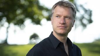 """Erst etwas zäh, dann spannend: In seinem neuen Roman """"Ameisen unterm Brennglas"""" zeichnet der Zürcher Schriftsteller Jens Steiner ein beunruhigendes Bild der Gesellschaft."""