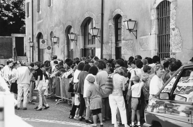 1993 - Anstehen beim Landhaus, für die besten, coolsten Kurse 1