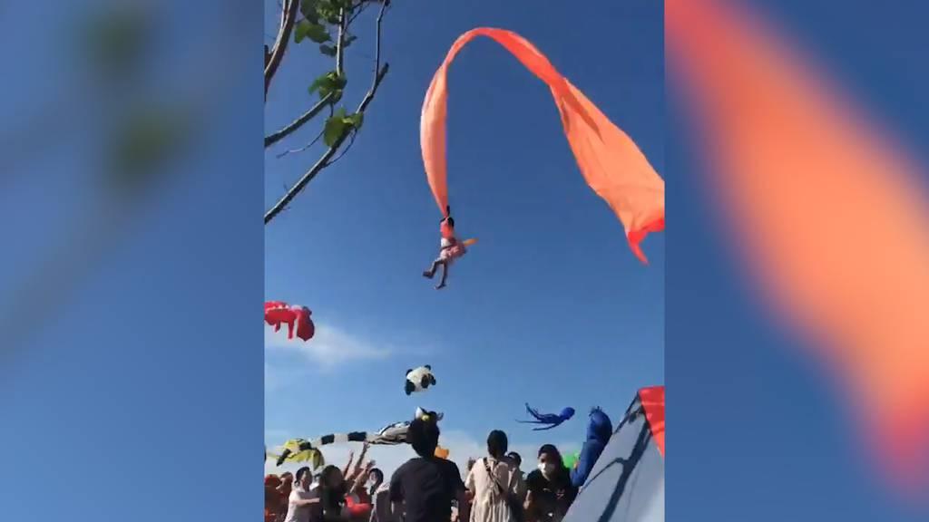 Dreijährige wird von Drachen meterhoch durch die Luft geschleudert