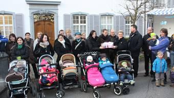 Begleitet von Laufentaler Müttern überreichen Nicole Strasser (l.) und Misli Bucher Landschreiberin Andrea Mäder (M.) die Geburtsstations-Petition.