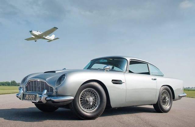 """Der Aston Martin DB5, gefahren von James-Bond-Darsteller Sean Connery in """"Goldfinger"""" und """"Thunderball""""."""