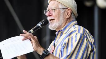 """Chemie-Nobelpreisträger Jacques Dubochet sprach Ende September beim nationalen Klimastreik in Bern. In einem offenen Brief unterstützt der Forscher nun auch die Forderungen der """"Extinction Rebellion"""". (Archivbild)"""