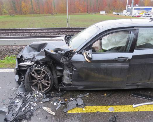 Zwei Autos sind ausserorts zusammengeprallt. Beide Fahrer wurden leicht verletzt ins Spital gebracht. Der Sachschaden beträgt rund 80'000 Franken.